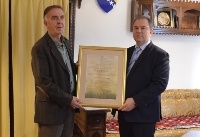 Direktor Gazi Husrev-begove medrese uručio vakufnamu Munibu Buljini