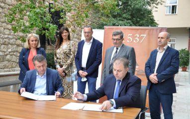 Načelnik Hadžibajrić i dr. hfz. Malkić potpisali sporazum o finansiranju rekonstrukcije dvorišta Medrese