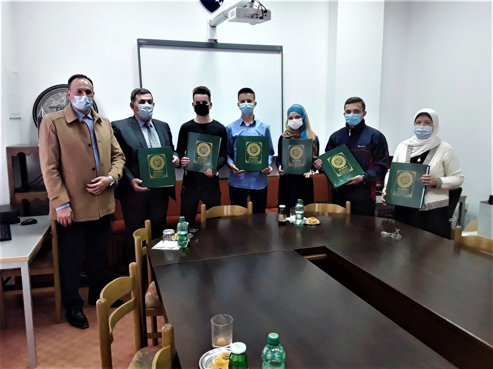 Foto: Učenici kolegi poklonili Mushaf na Brajevom pismu