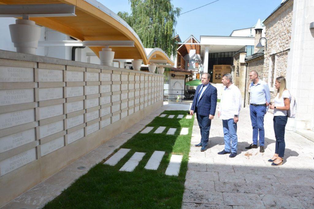 Načelnik Općine Stari Grad Ibrahim Hadžibajrić ozvaničio završetak rekonstrukcije dvorišta Gazi Husrev-begove medrese
